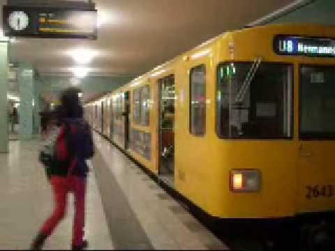 Berliner U-bahn Ein-und Ausfahrten der Züge der Linie U5+U8 im Bahnhof Alexanderplatz