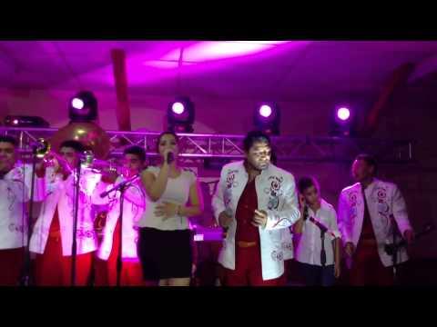 Ana Isabel cantando con la Banda Feroz