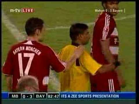 Breno rastet im letzten Spiel von Oli Kahn völlig aus und tritt den Inder um. Das Spiel gegen Mohun Bagan im Rahmen der Indienreise des FC Bayern München gin...