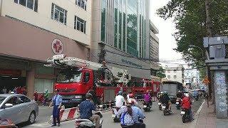 Xe cộ chạy tán loạn khi xe cứu hỏa đi làm nhiệm vụ ở bệnh viện phụ sản - Fire drill in heavy traffic