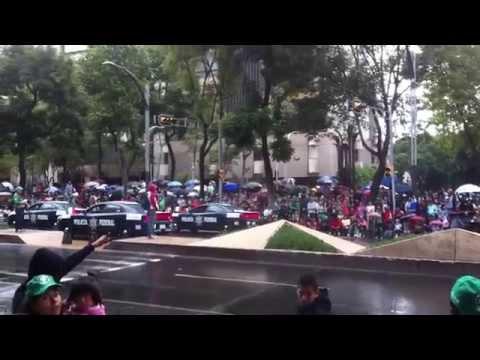 Desfile Policía Federal 2013 con Patrullas Dodge Charger