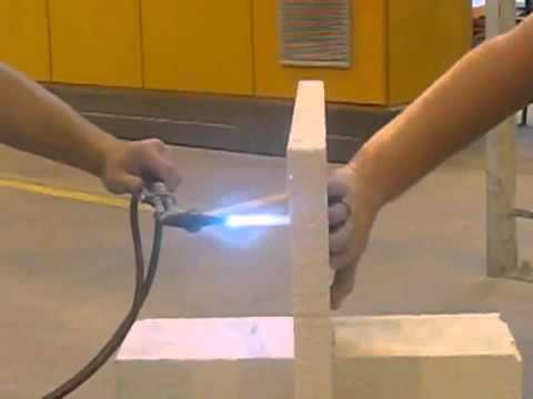 Видео наглядно демонстрирует огнеустойчивость газобетона.