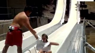 正妹玩滑水道不慎泳衣脫落