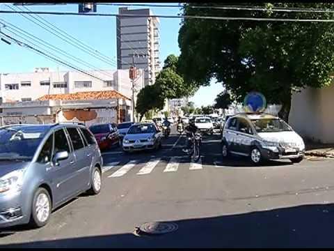 Dois carros batem em cruzamento no centro de Uberlândia