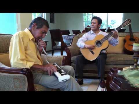 Abuelito Carlos Heredia tocando el melodion