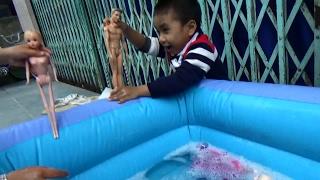 Bé  Tắm Cho Búp Bê Ở Chiếc Phao Khổng Lồ*_*Baby Doll Bathtime How to Bath a Baby Toy - Baby channel.