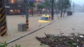 Taxi floating in massive flood in Tamsui Taiwan