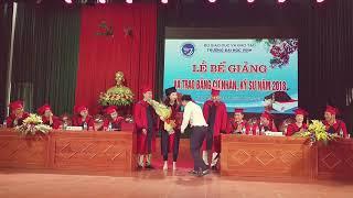 Nữ sinh được bạn trai giảng viên quỳ gối, cầu hôn ngay trên bục trong ngày tốt nghiệp ĐH