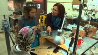 جيل جديد من المصممين في مدرسة عزة فهمي لصنع الحلي