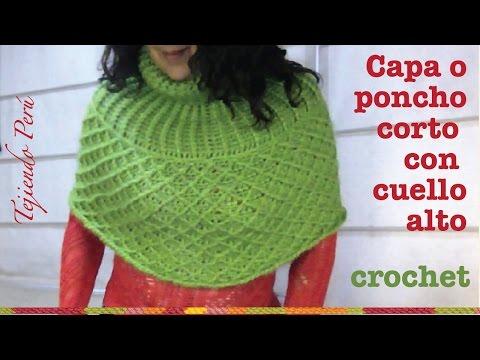Capa o poncho corto con cuello alto tejido a crochet