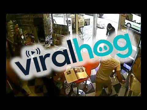 強盗に押し入った犯人を撃退してお店を守る勇猛果敢な犬!