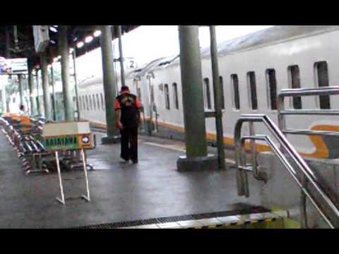 Kereta api gajayana berangkat stasiun gambir