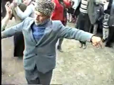Старик танцует