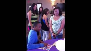 A lil girl cry when she see birthday party guest