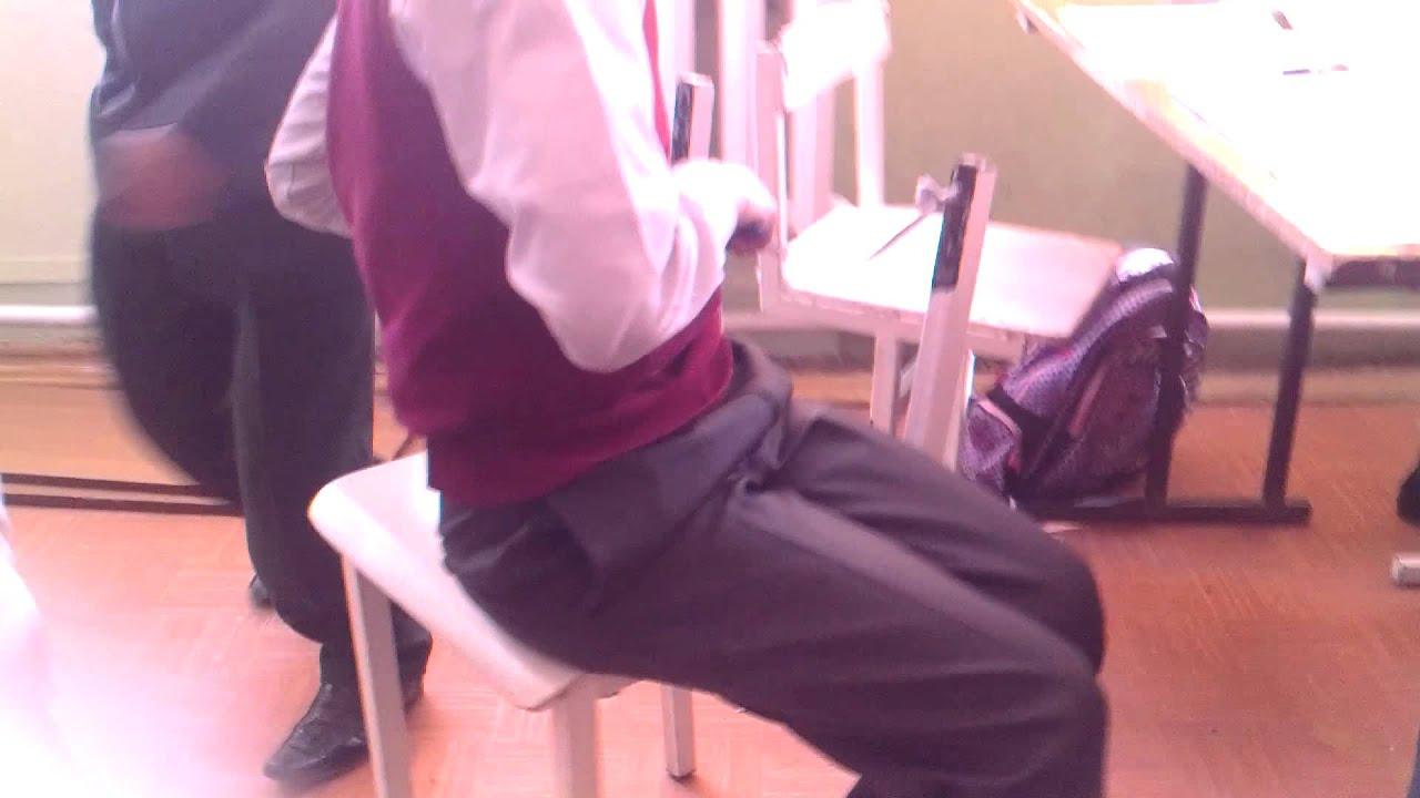 Связанные на стуле девушки