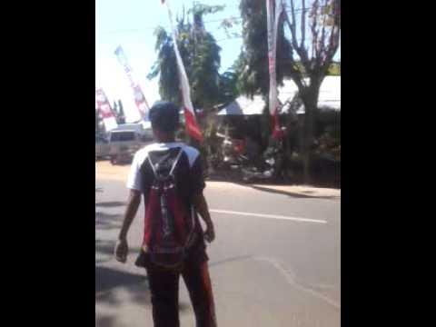 Remaja joget di pinggir jalan raya