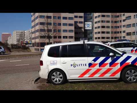 Een nieuwe Ford, gestolen door 3 autodieven, eindigt na een wilde achtervolging via de A9 op z'n zijkant in de berm aan de Karspeldreef in Amsterdam Zuid-Oos...