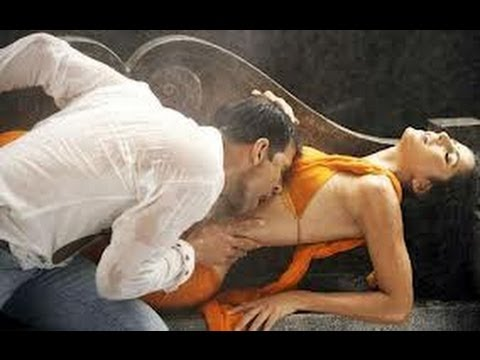 New Akshay Kumar Kissing Katrina Kaif On Her Boobs, Extremely Hot. video