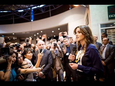Queen Rania speaks to a group of global journalists and social media representatives visitng Jordan