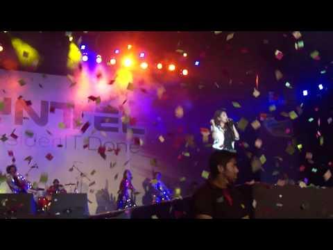Monali Thakur performing Khwab Deke Jhoote