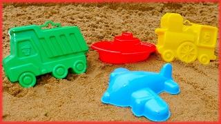 Kum havuzda eğleniyoruz. Kamyon, tren ve uçak yapıyoruz