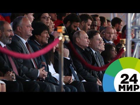 Путин вместе с мировыми лидерами послушал звезд оперы на Красной площади - МИР 24