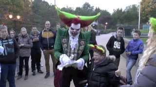 Eddie de Clown wordt verrast, valt bijna van auto Frank Walibi Halloween Fright Nights 2013