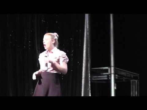 Arany Timi a Costa Classica óceánjáró hajó színpadán énekel: Somethings got a hold on me