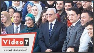وزير الاتصالات يلتقط صورة تذكارية مع طلاب معهد تكنولوجيا المعلومات