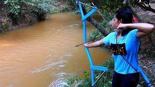 Amazing Girl Uses PVC Pipe Compound BowFishing To Shoot Fish In Cambodia