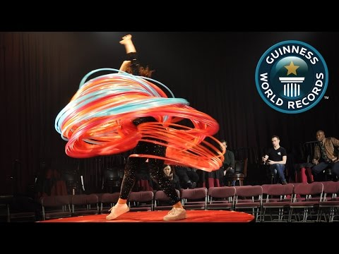 Most hula hoops spun simultaneously