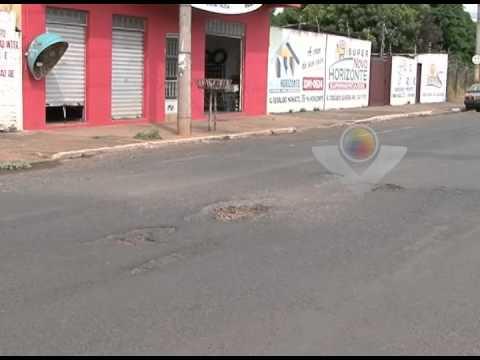 Buracos em ruas importantes tira a paciência de moradores de Araguari