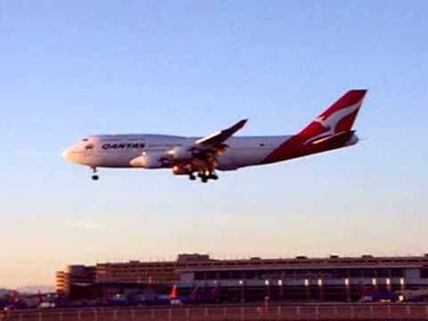 Qantas Boeing 747 landing at Phoenix Sky Harbor Intl Airport