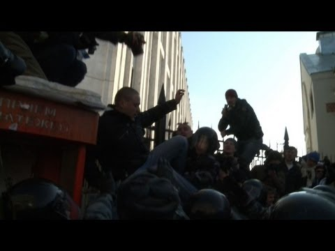 Moscow police arrest a dozen at anti-Putin rally