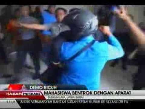 Mahasiswa berkelahi dengan Polisi di kantor Bupati Tasikmalaya, Jawa Barat