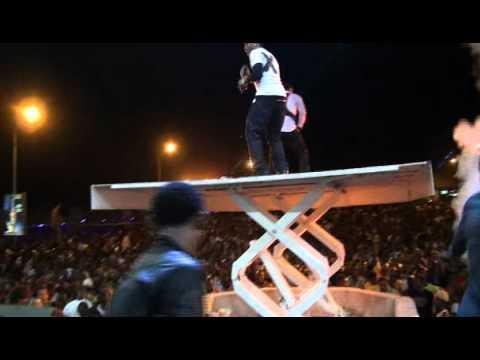 Ali Kiba Akiwarusha Mashabiki Na Dushelele Ndani Ya Dar Live video