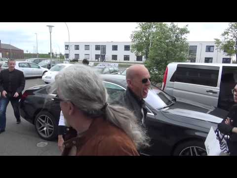 Bruce Willis Freaks Out at Photographers in Berlin