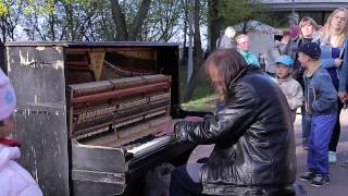 Man Plays Piano In Street People Were Shocked Уличный пианист музыка для души