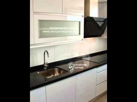 Muebles de cocina en blanco alto brillo y encimera negro for Muebles de cocina y encimeras