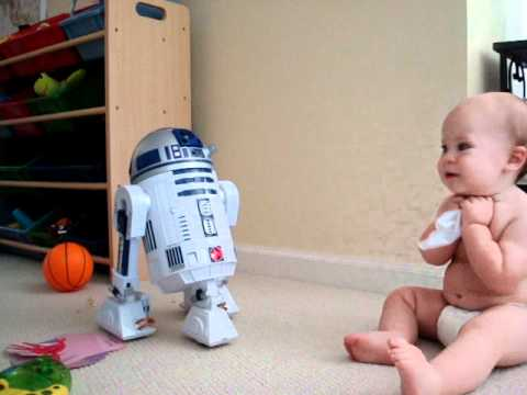 Ternura geek: Bebé entablando una conversación con R2-D2