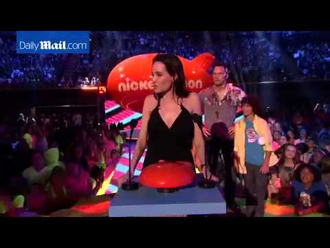 Angelina Jolie wins Kids' Choice Award...
