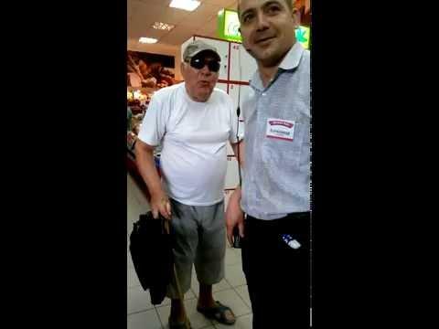 Бывалый дед послал охранника супермаркета.