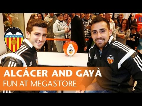 Paco Alcácer and Gayà have fun at the Valencia CF Megastore with their songs