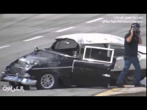 حادث بسيارة سباق يخرج السائق من الزجاج الأمامي