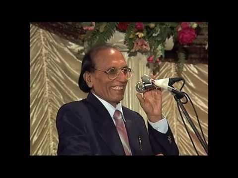 Dr. Bashir Badar (Aalmi Mushaira Houston 2003) [Part 2]