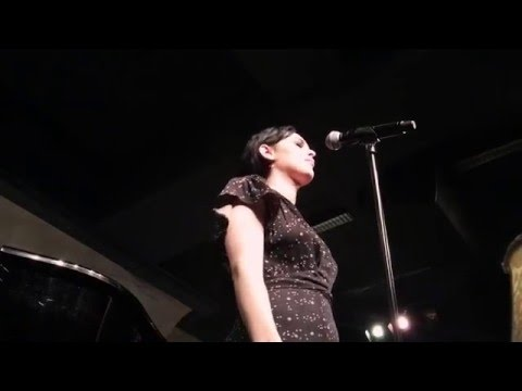"Rumer Willis covers Hozier's ""Take Me to Church"" at Café Carlyle"