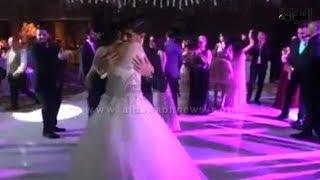 حضن رومانسي يجمع بين ساندي وزوجها بحفل زفافهما