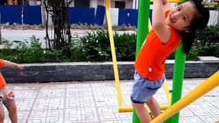 Gia Linh và em Cò tập thể dục buổi chiều ở sân vận động khu vui chơi giải trí