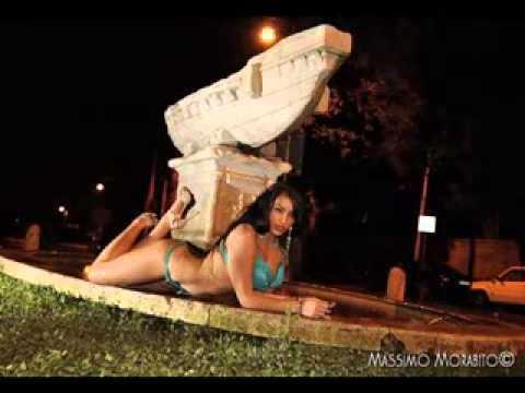 Dalila Italiano come Sara Tommasi, nuda nelle fontane di Roma