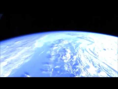 Инопланетяне всерьез заинтересовались мкс: огромный нло на расстоянии вытянутой руки исследует земной аппарат